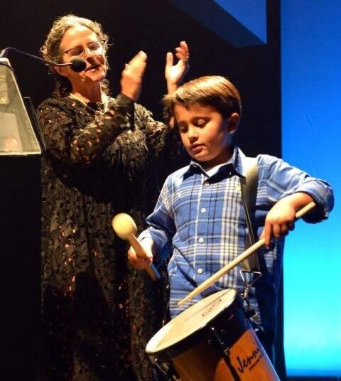 Miguel tocando para sua avó Renata Sorrah, sob os aplausos de Bia Lessa