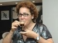 """""""LOJA DE CAFÉ NESPRESSO"""" — CLÁUDIA GIMENEZ PROVANDO UM DOS SABORES /Foto: André Freitas"""