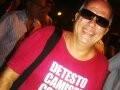 """""""PERSONAGENS DO FASHION RIO"""" — MARCOS VINÍCIUS: PARA DISFARÇAR UM EXCESSO DE PESO, PREFERIU CHAMAR ATENÇÃLO PARA A LEGENDA DA CAMISETA... E FUNCIONOU! /Foto: Dani Barbi"""