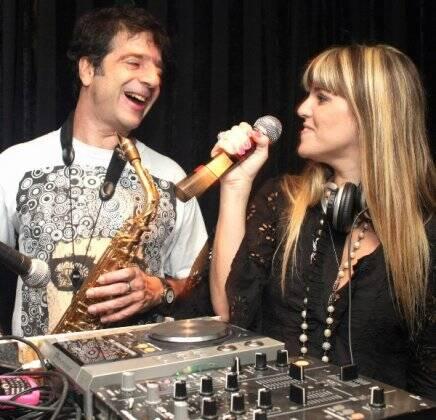 """""""ANIVERSÁRIO DE MAÍSA VASCONCELOS"""" — GEORGE ISRAEL E DJ SCARLET /Foto: Vera Donato"""