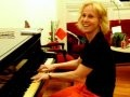 """CRUEL"" — DEBORAH COLKER NO CAMARIM TOCANDO PIANO ANTES DO ESPETÁCULO /Foto: Cristina Granato"