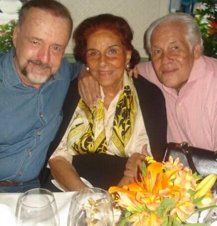 """""""ANIVERSÁRIO ALICE"""" — A ANIVERSARIANTE ENTRE RICARDO CRAVO ALBIN E SYDNEY PEREIRA"""