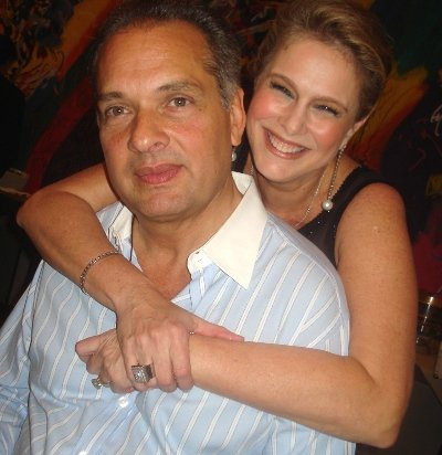 """""""CASA COR"""" — LUIZ E GLÓRIA SEVERIANO RIBEIRO APRECIANDO O SUCESSO DA NOITE, NESSA SEGUNDA-FEIRA, NO JOCKEY CLUB"""