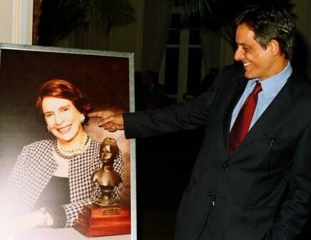 """""""SOCIEDADE BRASILEIRA"""" — JOÃO GONDIM ORGULHOSO DA MÃE, HELENA GONDIM (AUTORA DO LIVRO), NA FOTO AMPLIADA /Foto: Armando Araújo"""