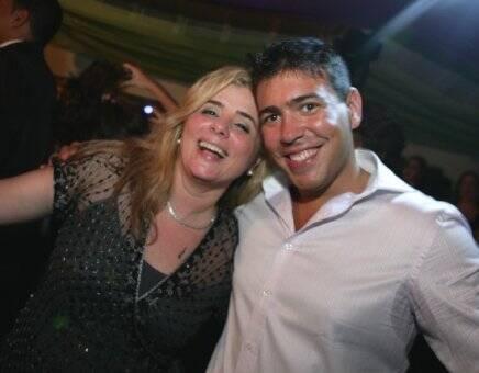 """""""ANIVERSÁRIO LAURA E RENATA"""" — ANDRÉA WANDERLEY,MÃE DE RENATA, QUE ORGANIZOU A FESTA, COM O DJ FILIPPO"""