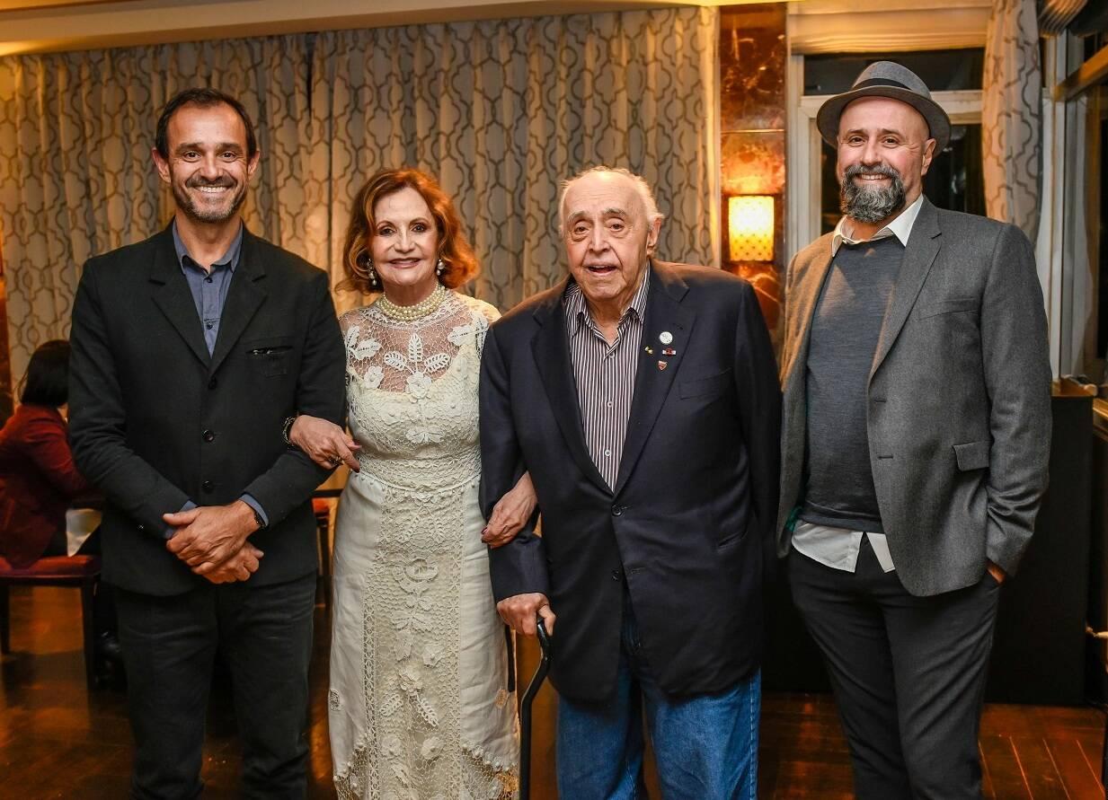 A familia Mendonça: Rodrigo, Mauro, Mauro Filho e Rosamaria Murtinho / Foto:  Mariama Prieto