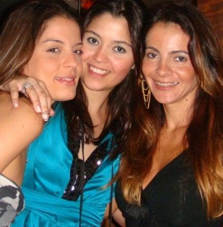 """SUSHI LEBLON"" — JULIANA FERRAIOLO ENTRE JULIANA SANTOS E ISABELA MENEZES /Foto: Isabela Menezes"