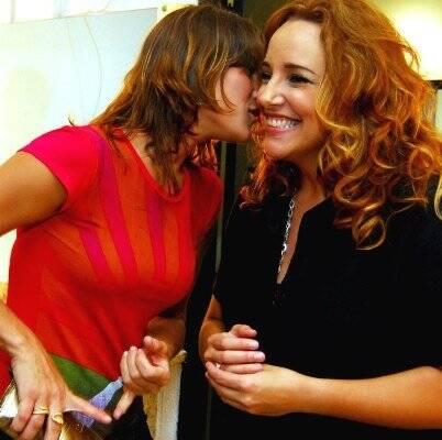 """""""SHOW ANA CAROLINA"""" — A CANTORA RECEBE PRISCILA FANTIN NO CAMARIM, QUESUSSURROU UMA FOFOCA NO PÉ DO OUVIDO /Foto: Cristina Granato"""