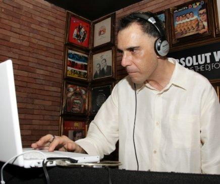 """""""DJ POR UMA NOITE"""" — ARNALDO ANTUNES CONCENTRADÍSSIMO EM SEU LAPTOP /Foto: Vera Donato"""