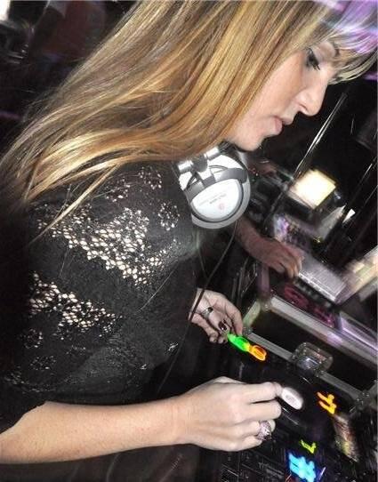 """FLASH VICTIMS"" — MICHELE MOLLON, A DJ SCARLET /Foto: Carol Novaes"