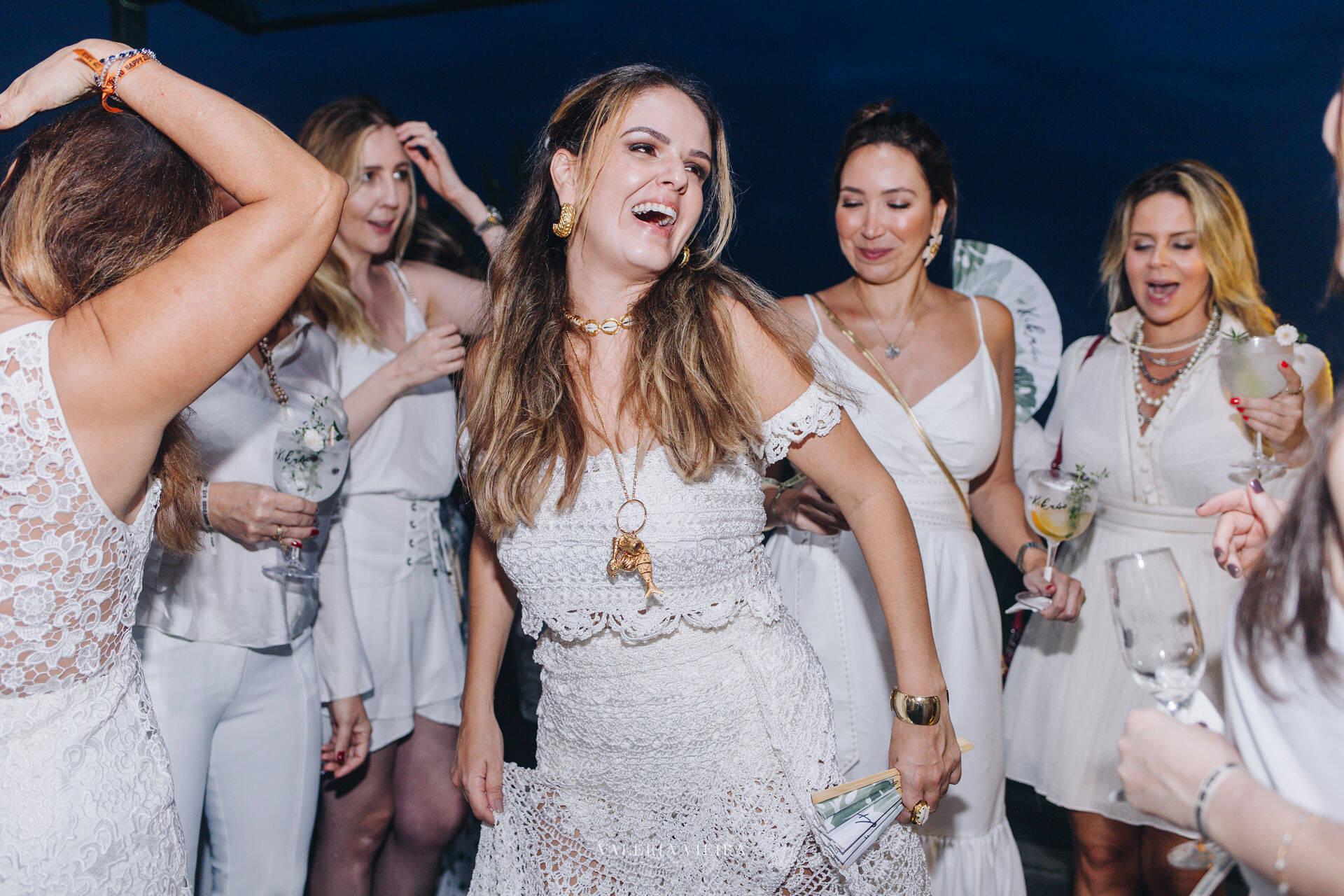 Kika Cavalcanti com amigas na pista dança /Foto: Mariama Prieto