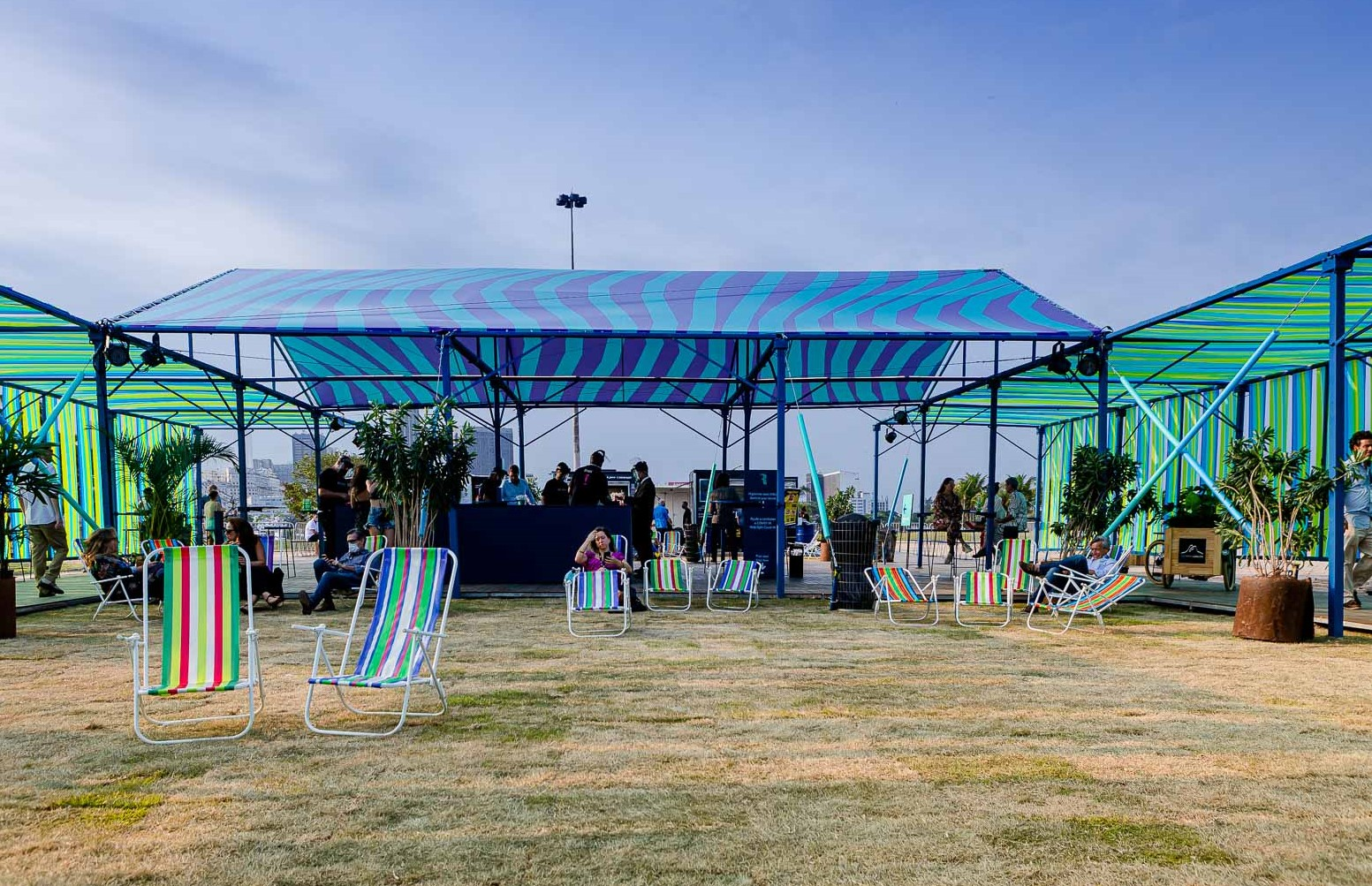 O espaço com cadeiras de praia /Foto: Bruno Ryfer