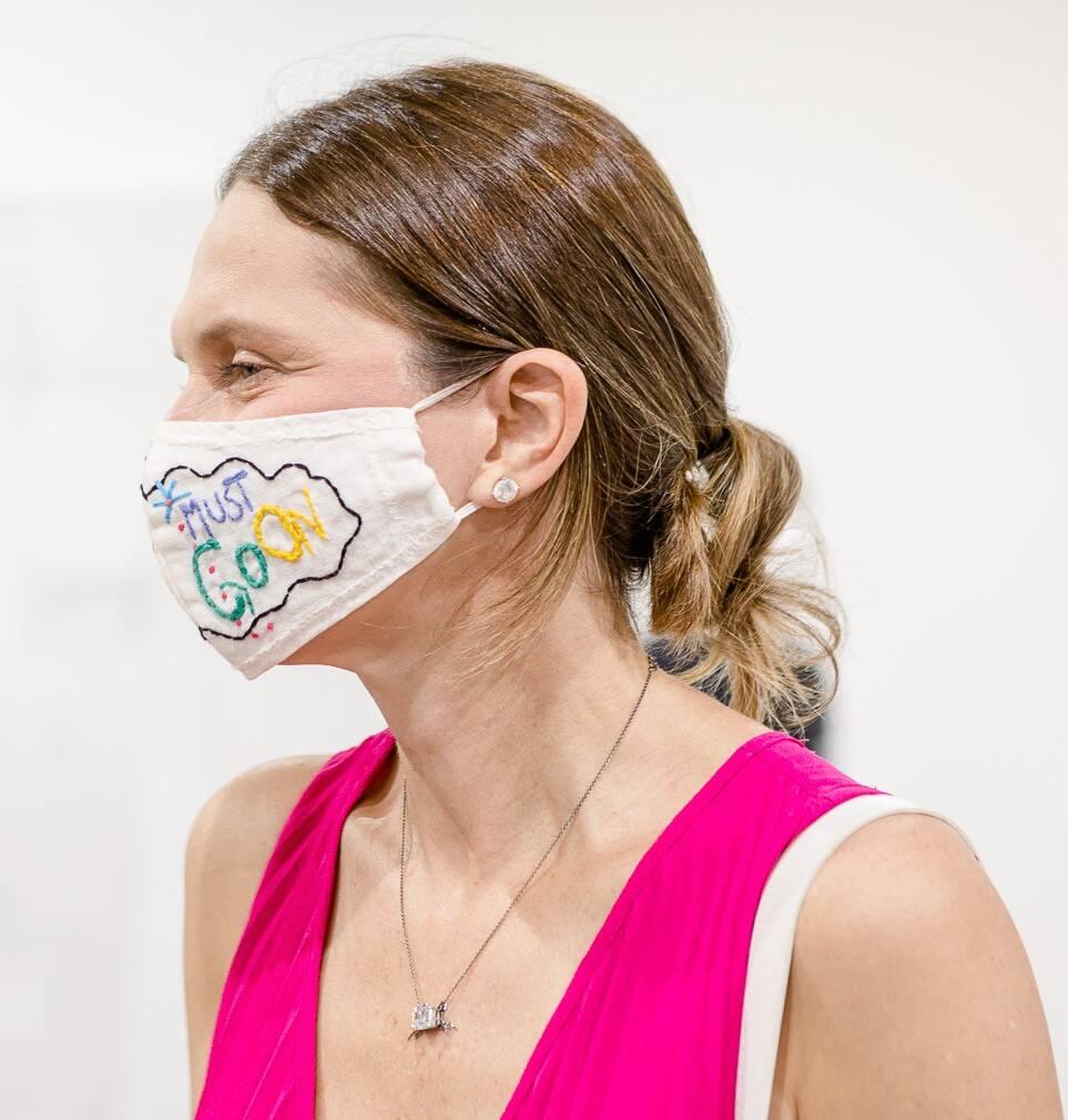 """A consultora de moda Cris Pinheiro Guimarães, com a máscara indicando que o """"show deve continuar""""  /Foto: Bruno Ryfer"""