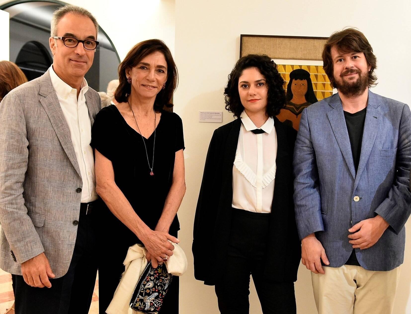 O casal Gisela e João Roberto Marinho com os curadores Isabella Rjeille e Rodrigo Moura /Foto: Roberto Teixeira