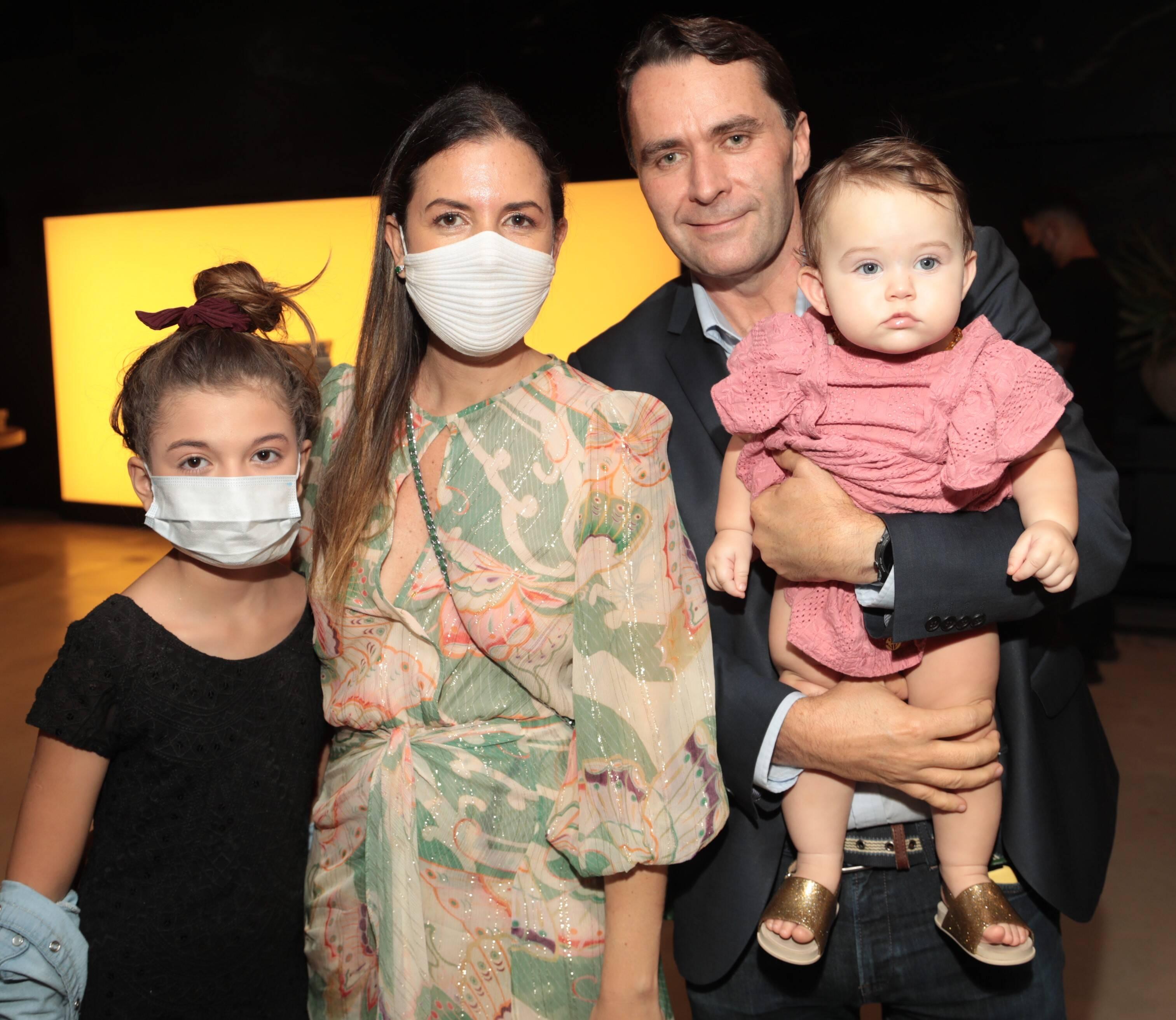 Morena Leite com o marido, Julius Wiedemann, com as filhas Manoela e Julia /Foto: Henrique Padilha