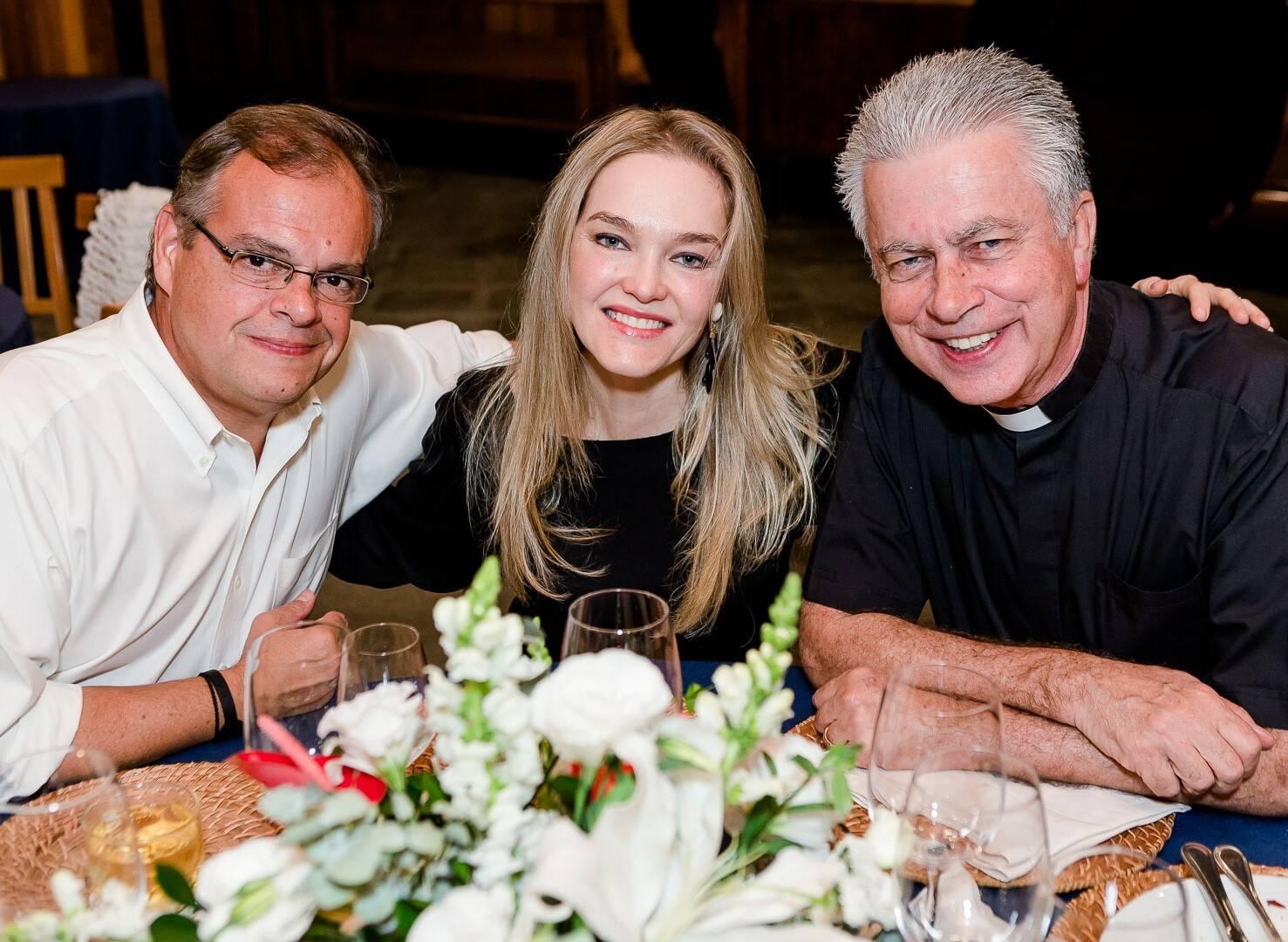 Marcelo e Marcela Torres com Padre Túlio /Foto: Bruno Ryfer