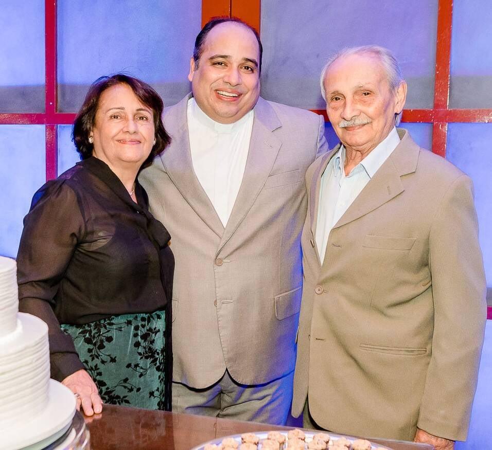 Padre Omar entre os pais, Marlene Raposo e Olivar D'Raposo /Foto: Bruno Ryfer