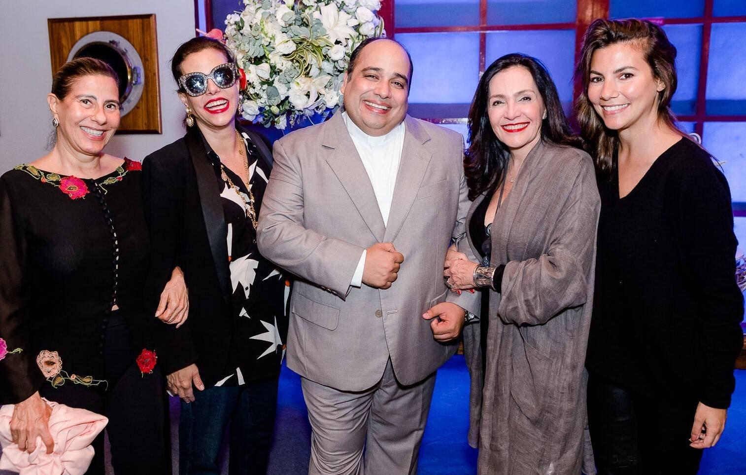Alice Tamborindeguy, Narcisa Tamborindeguy, Padre Omar, Liliana Rodriguez e Nicole Tamborindeguy /Foto: Bruno Ryfer