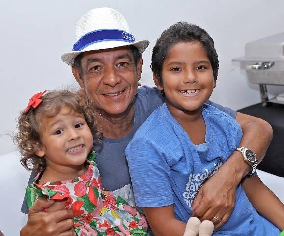 Zeca  Pagodinho com os netos Noah e Catarina