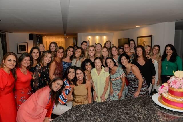 A aniversariante Lucinha Amorim com as amigas