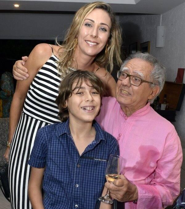 Deborah Kalume e João com seu avô, Barretão