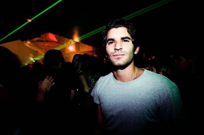 Por lá, Victor Saad