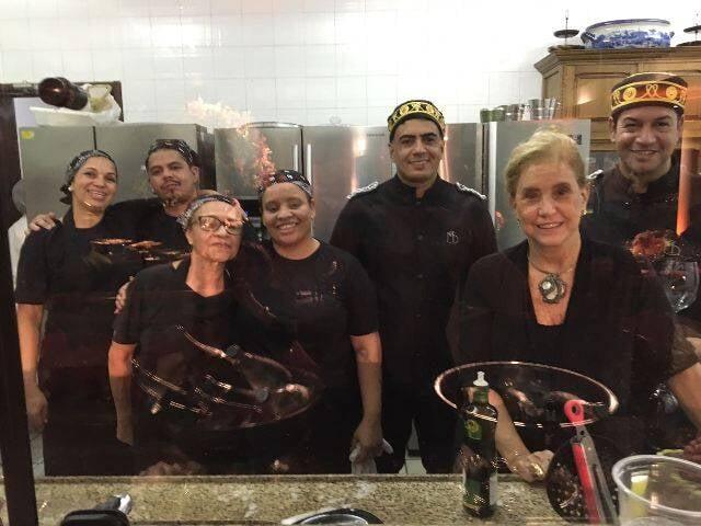Parte da equipe da chef Madeleine Saade - foto pelo vidro