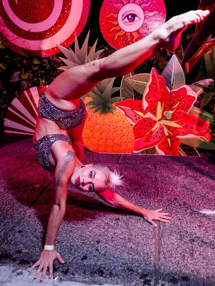 O contorcionismo da moça /Foto: Bruno Ryfer