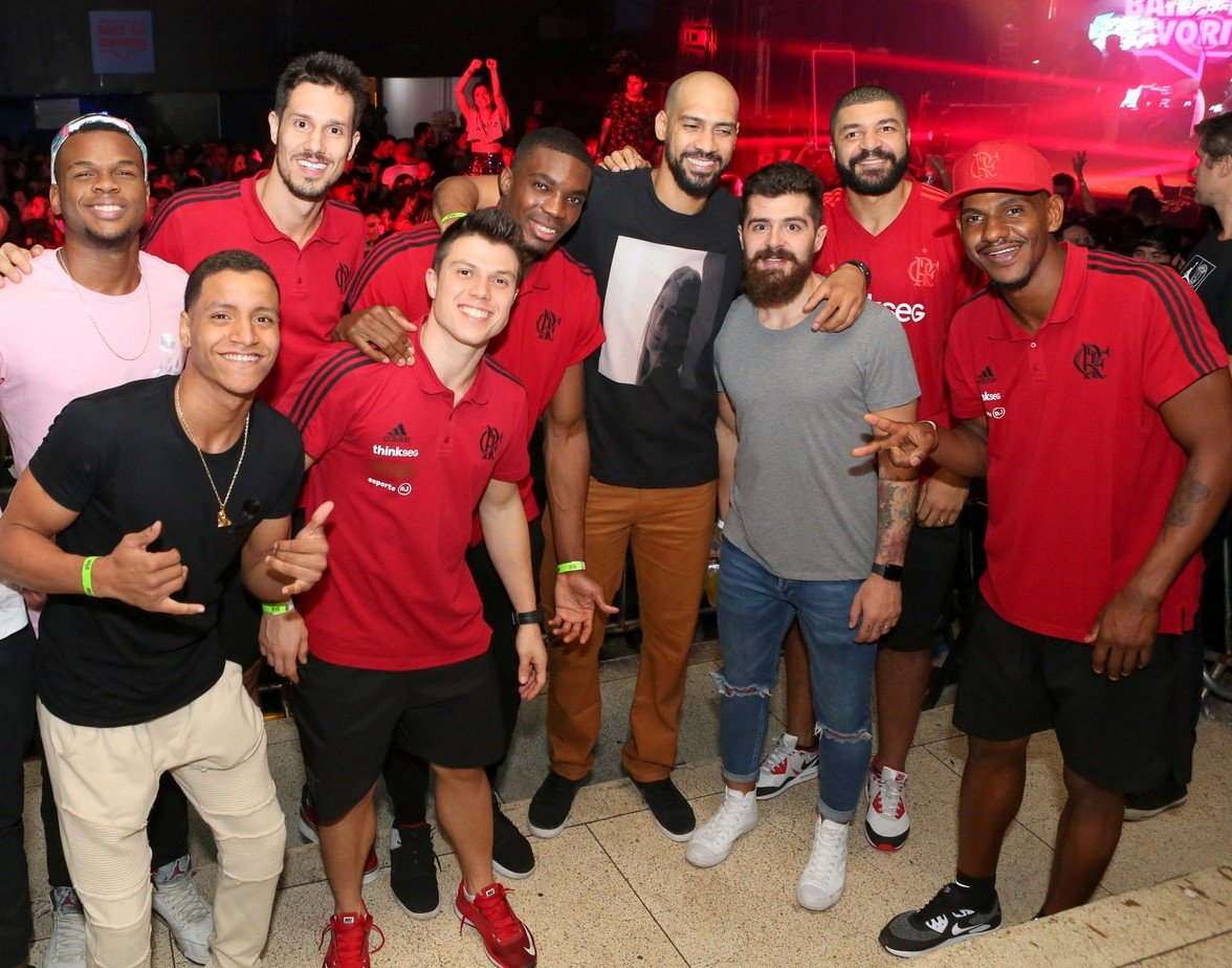 Olivinha (o segundo, da esquerda para a direita) com a equipe de basquete do Flamengo /Foto: Reginaldo Teixeira