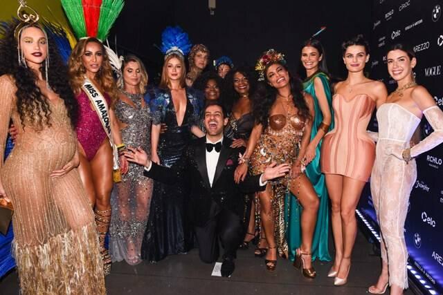 O anfitrião Bruno Astuto com as musas do Baile da Vogue 2018