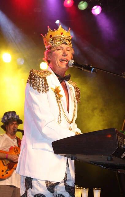 Eduardo Dussek, que animou a noite com marchinhas novas e antigas. Fora que ele dá, entre uma música e outra, aula de história do carnaval, tá?