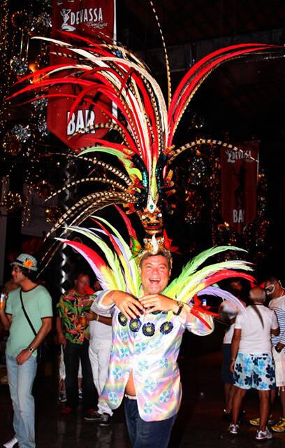 Ele estava com essa cabeça aí no Baile. A altura das penas era inacreditável !