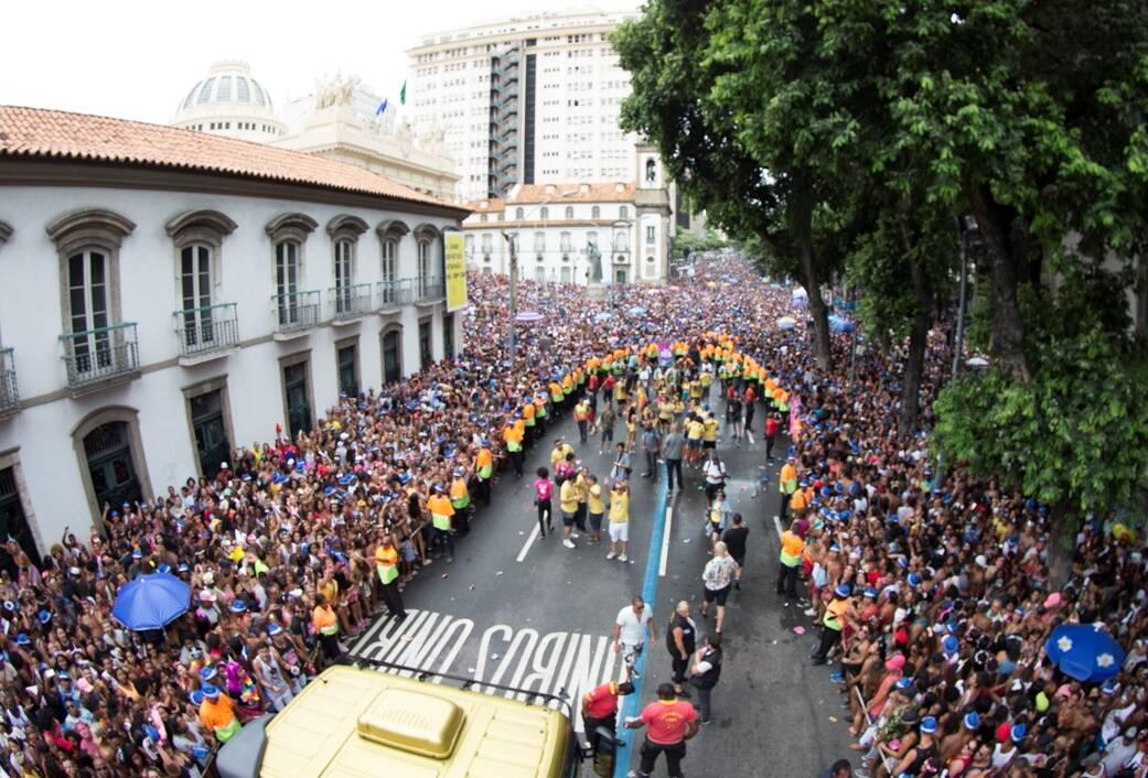 A rua Primeiro de Março lotada