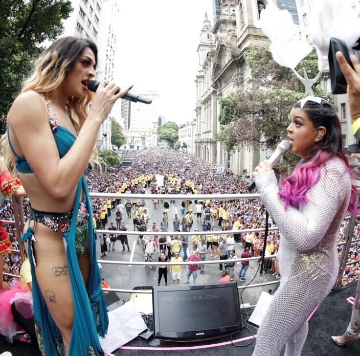 Pabllo e Preta cantam para uma multidão