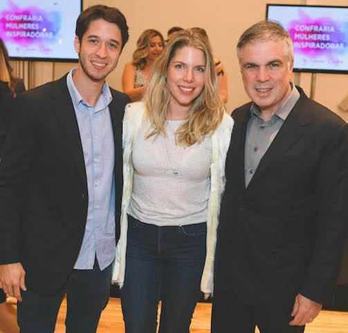 O casal Marcella e Gabriel Kanner com Flavio Rocha