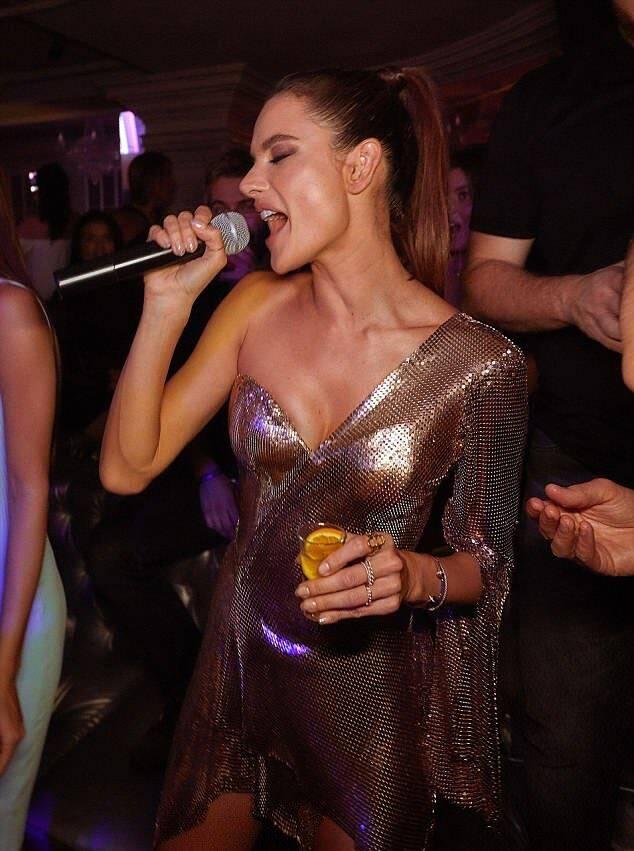 Alessandra Ambrósio à vontade com o microfone