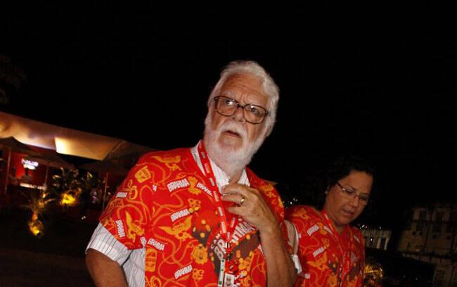 O escritor Manoel Carlos, pai coruja que é, foi ver sua filha na avenida