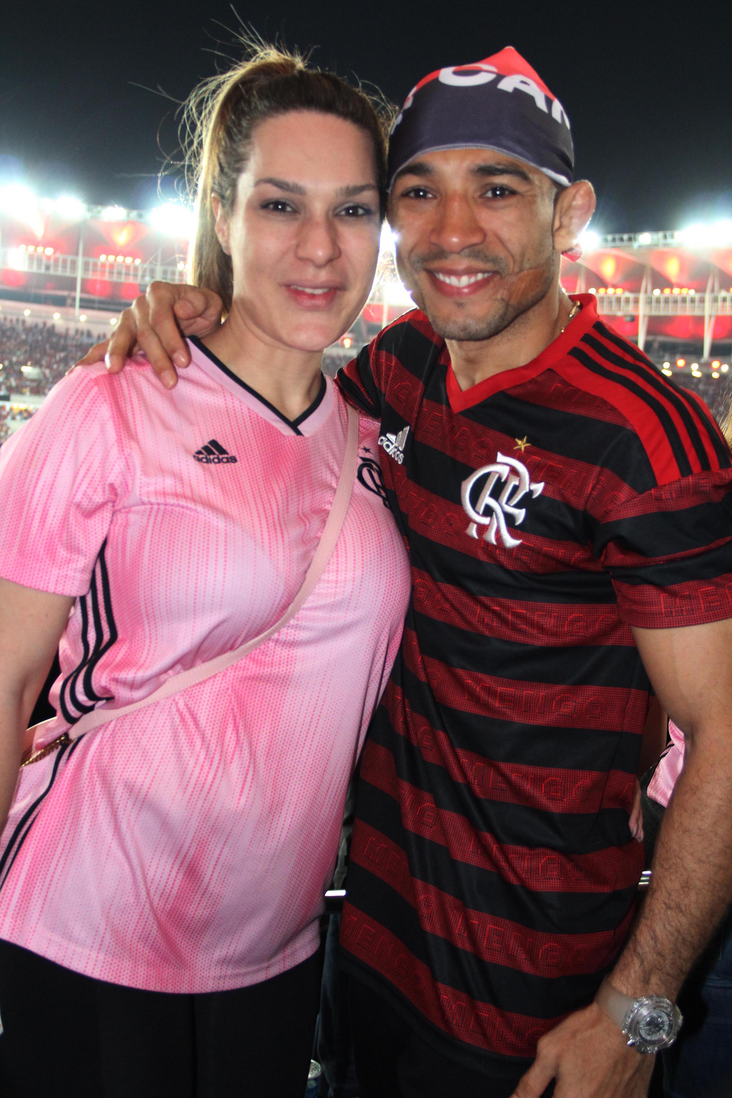 O lutador José Aldo, flamenguista fanático, também esteve presente ao lado da mulher, Viviane Pereira /Foto: Paulo de Deus
