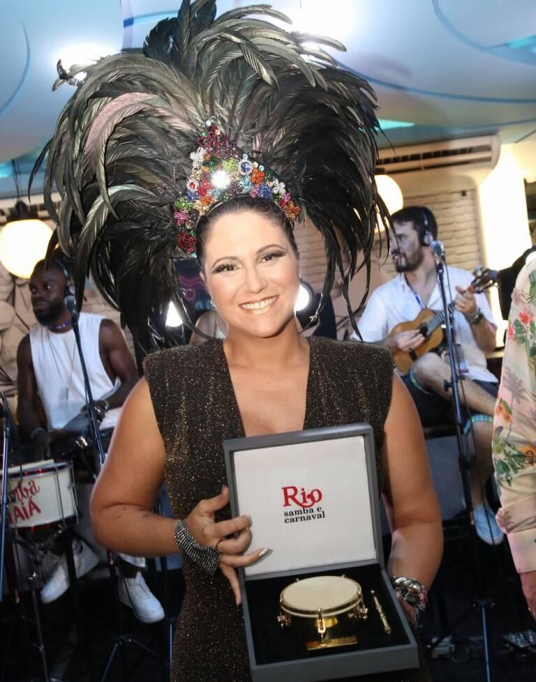 """Maria Rita recebe o """"Tamborim de Ouro"""""""