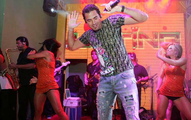 Na madrugada deste sábado (05/03), o carnaval de Recife ferveu com show do Latino