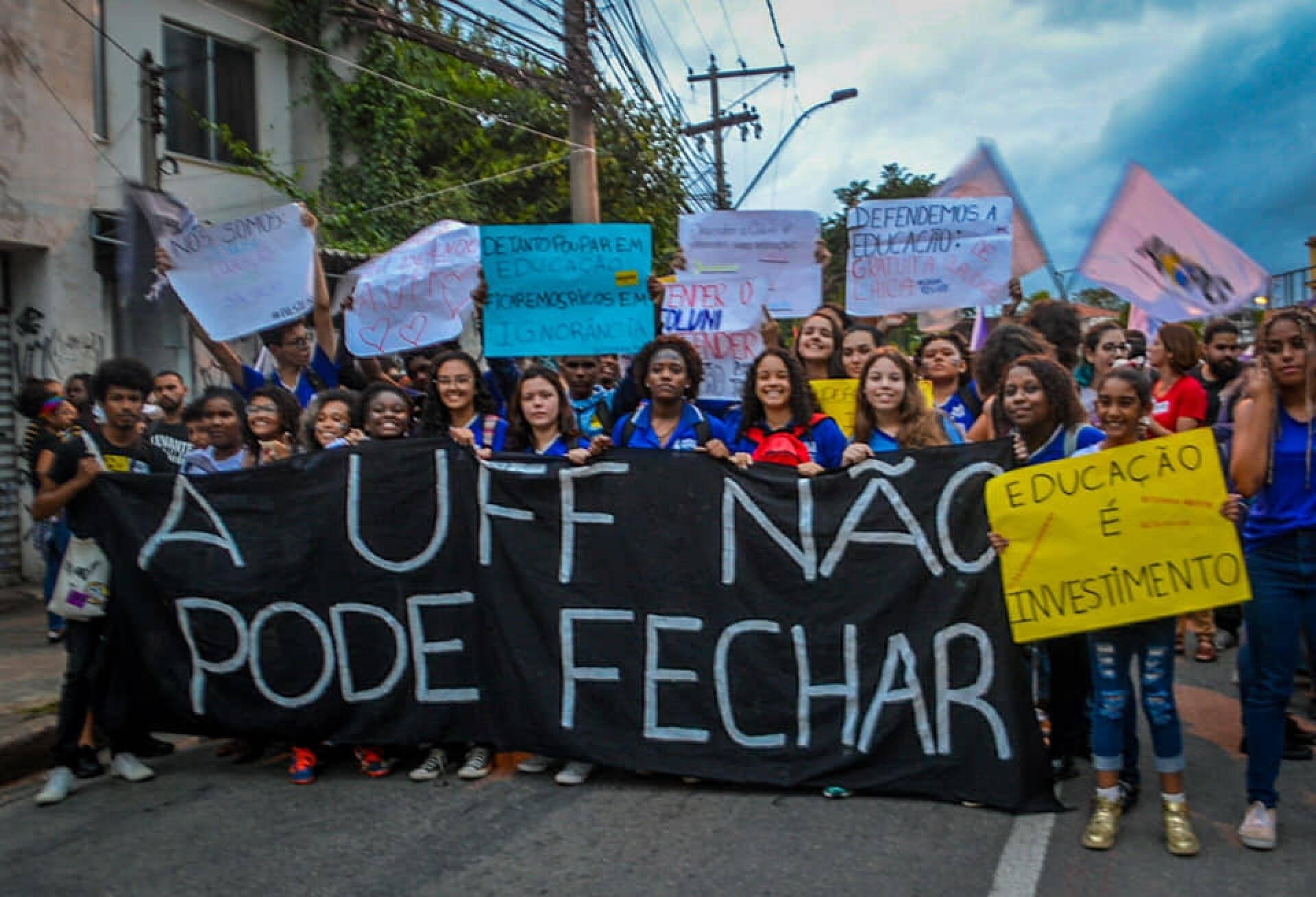 Alunos e professores da UFF saem pelas ruas de Niterói /Foto: Reprodução