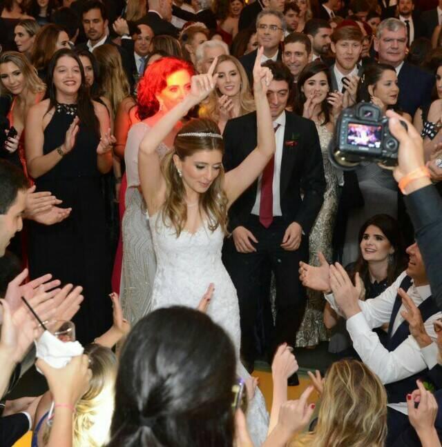 A alegria da noiva, Giovanna Niskier, com as centenas de amigas