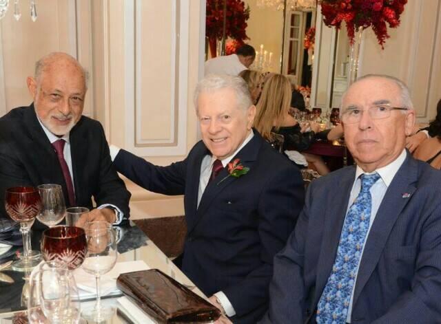 Arnaldo Niskier entre o presidente da ABL, Domício Proença Filho, e empresário Antenor Barros Leal