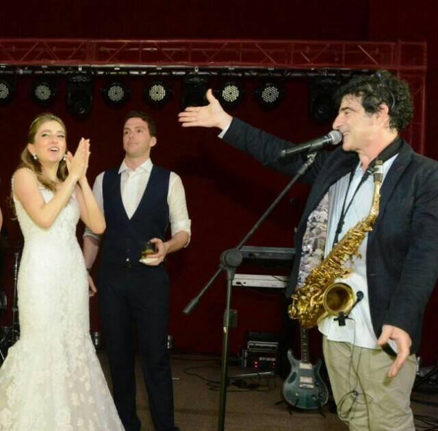 Os noivos apreciando o sax de George Israel