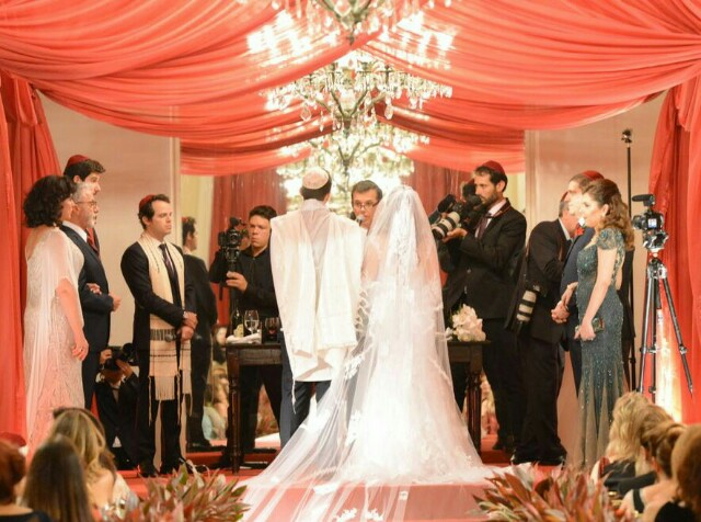 Os noivos atentos às palavras do Nilton Bonder