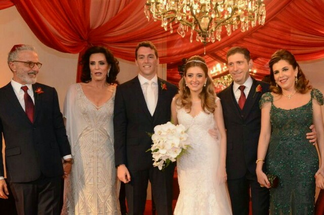 As duas famílias: Giovanna Niskier e Felippe Saadia - Andrea e Celso Niskier - com os noivos, Giovanna Niskier  e Felippe Saadia