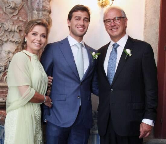 O noivo Lui entre os pais, Luciana e Fernando Pereira da Silva