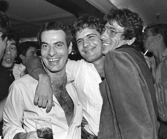 Ney Matogrosso, Cazuza e Arthur Mullenberg durante festa de aniversário de Cazuza, no Castel, em 1986