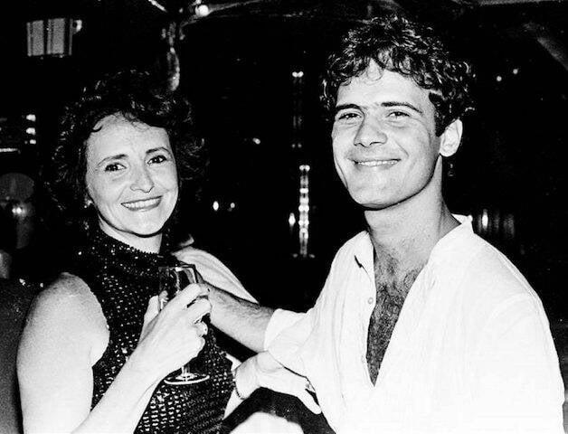 Cazuza com sua mãe, Lucinha Araújo, durante sua festa de aniversário no Castel, em 1986
