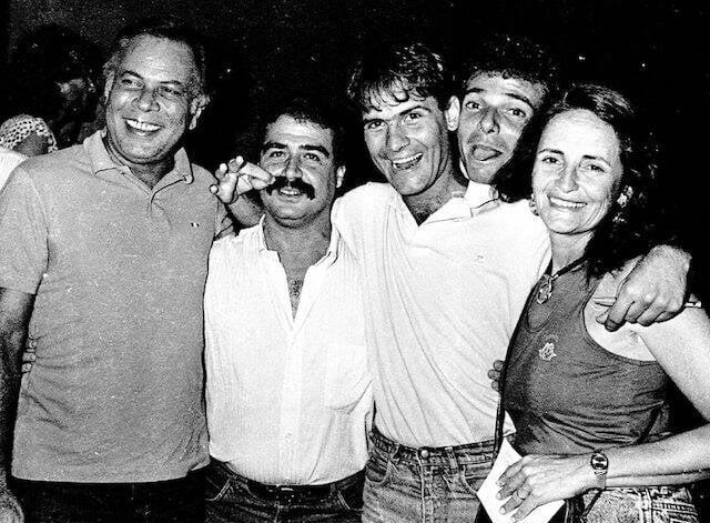 João Araújo, Mario Rocha, Cazuza, Nilo Romero e Lucinha Araújo nos bastidores do show de Cazuza, no Teatro Ipanema, em maio de 1987